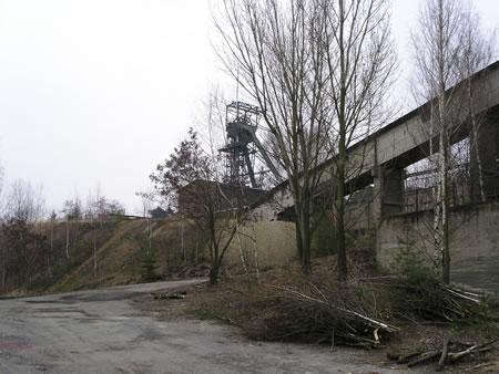 Areál bývalého dolu Kaňk u Kutné Hory - fotografie krajiny s těžební věží a dalšími stavbami určenými pro důlní činnost